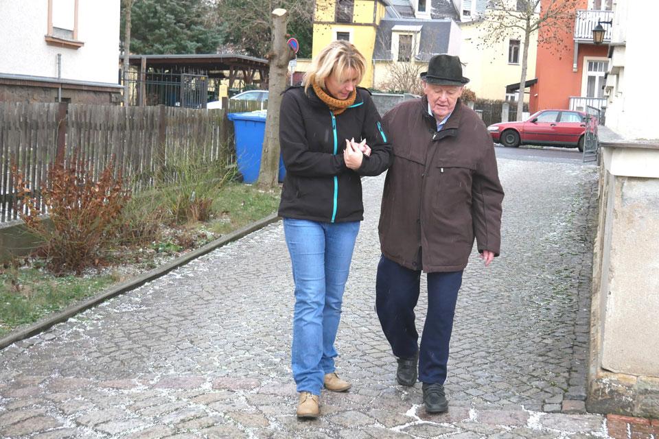 Ein Spaziergang mit Hilfskraft ist oft die einzige Möglichkeit für die gepflegte Person an die frische Luft zu kommen