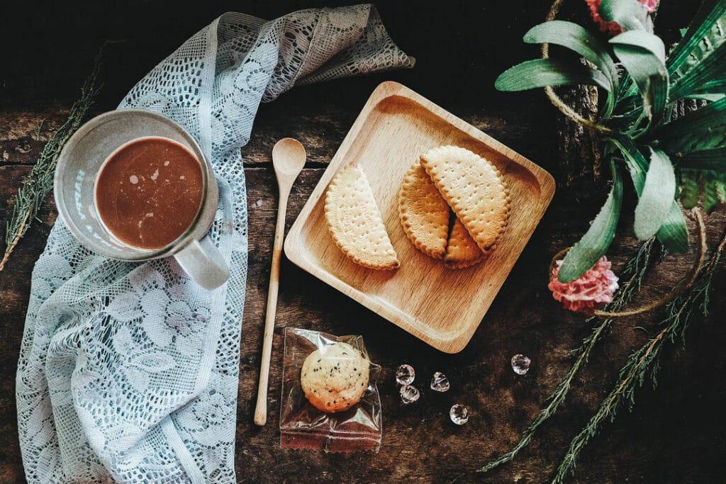 Heisse Schokolade und Knabbereien auf dem Tisch