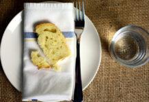 Ein Stück Brot auf dem Teller als Symbol von Fasten