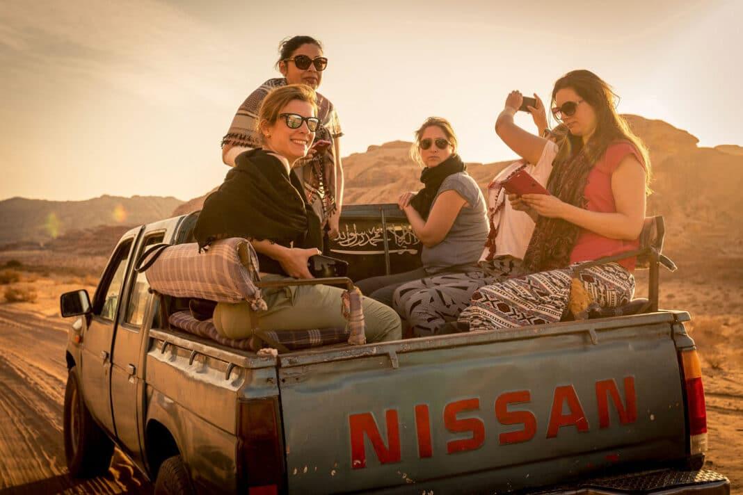 Eine Gruppe der Generation Y auf einem Pick-up auf Reisen