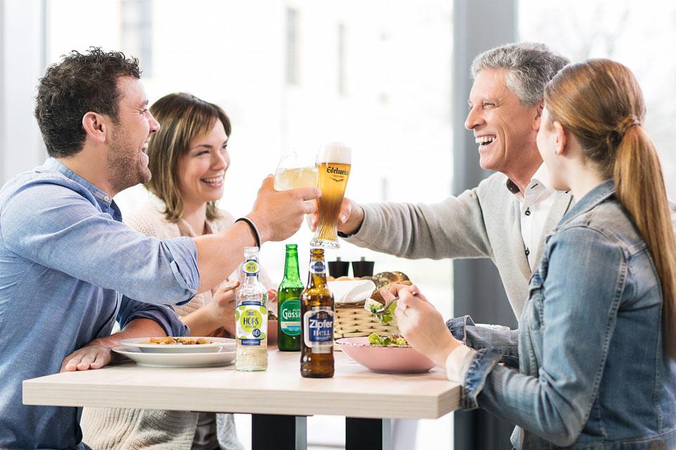 Alkoholfrei in geselliger Runde. Untertags ist das Anstoßen mit alkoholfreiem Bier bereits salonfähig.