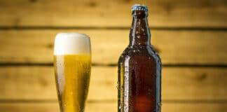 Alkoholfreies Bier auf dem Tisch liegt im Trend