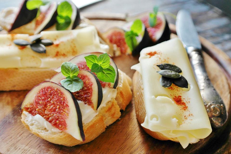 Belegte Brote mit Früchten und Käse