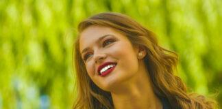 Junge Frau mit einem schönen Hautbild