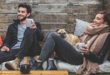 Junges Paar sitzt glücklich auf dem Sofa