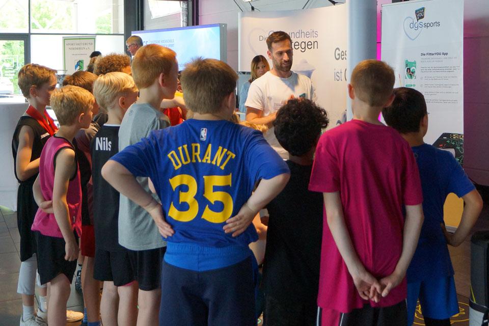 """Ein Personaltrainer erklärt Kindern das neue Bewegungskonzept  """"dgsSports"""""""