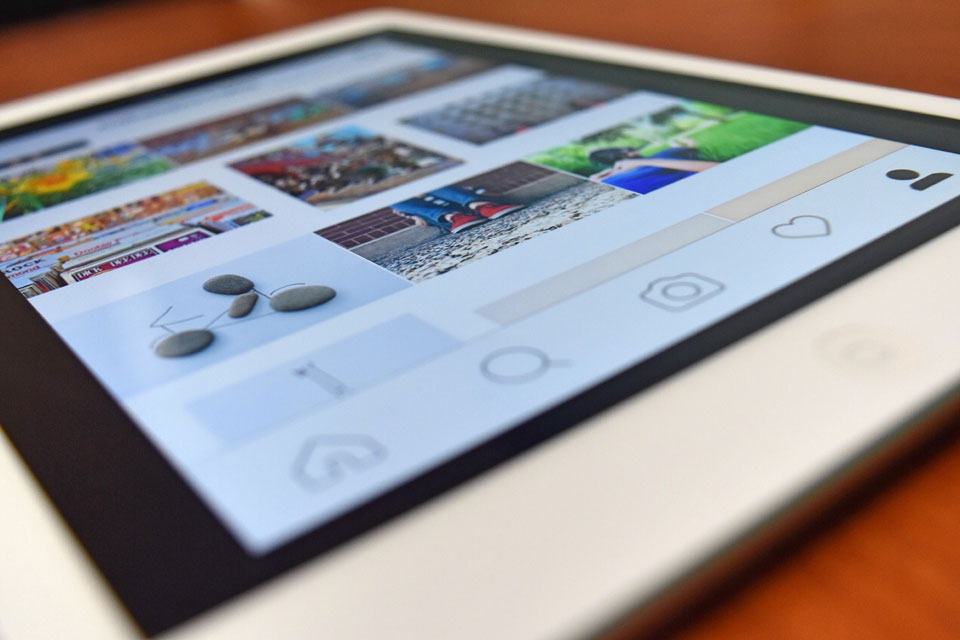 Offener Smartphone Screen mit dem Social Media Kanal Instagram