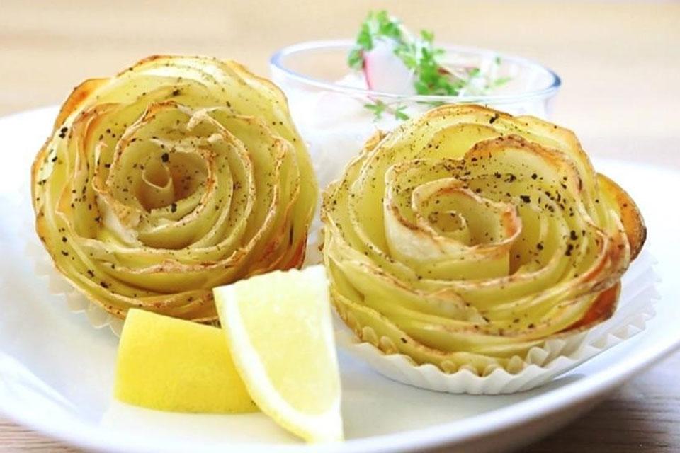 Zwei Kartoffelrosen auf einem Teller