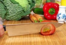 Mit scharfem Messer Tomate schneiden