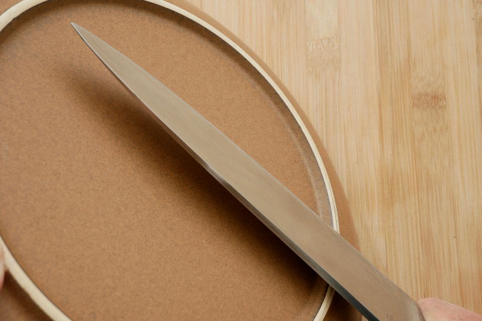 Messer wird am Keramiktellerboden geschärft