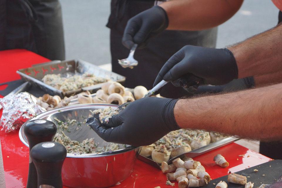 Champion-Pilze werden für den Grill zubereitet