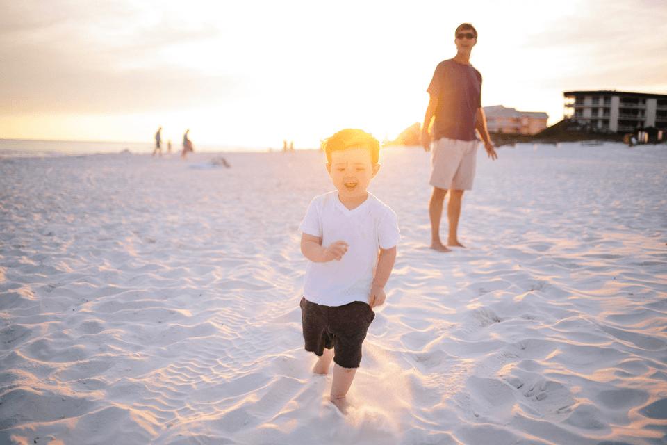 Vater und Sohn am Strand: Sonnenschutz ernst nehmen