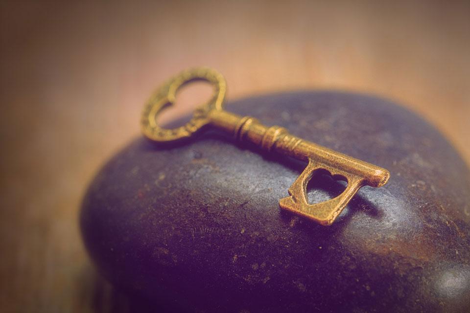 Ein goldener Schlüssel auf einem Stein