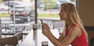 Eine junge Frau nutzt das Smartphone für den Messenger