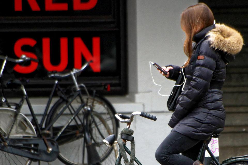 Eine Jugendliche nutzt ihr Smartphone für Messenger und Musikdienste