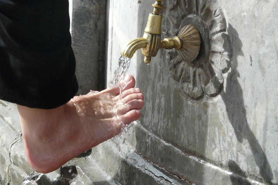 Geschwollene Hände und Füße: Wasserstrahl auf kleiner Zehe beginnen