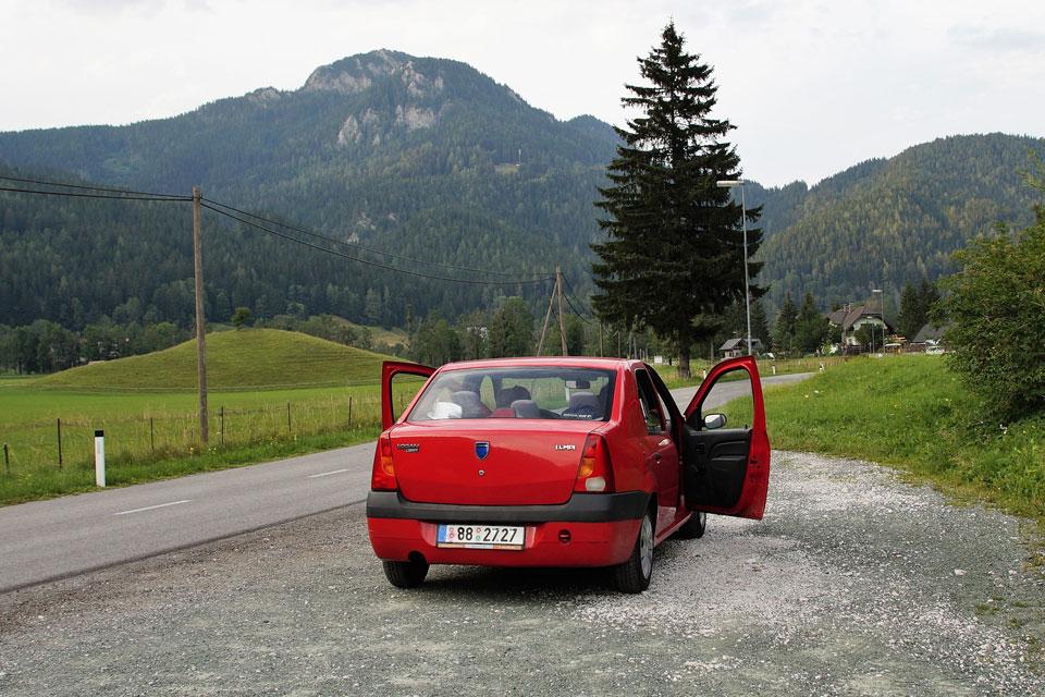Auto auf einem Parkplatz mit offenen Türen und Fenstern