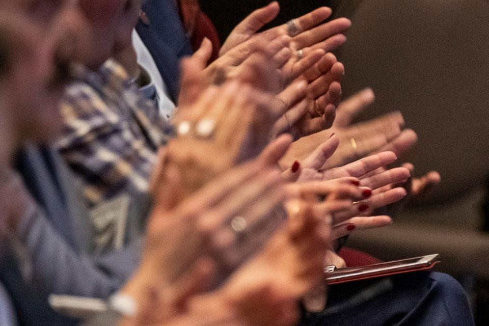 BNI-Teilnehmer klatschen Beifall beim Netzwerken in München