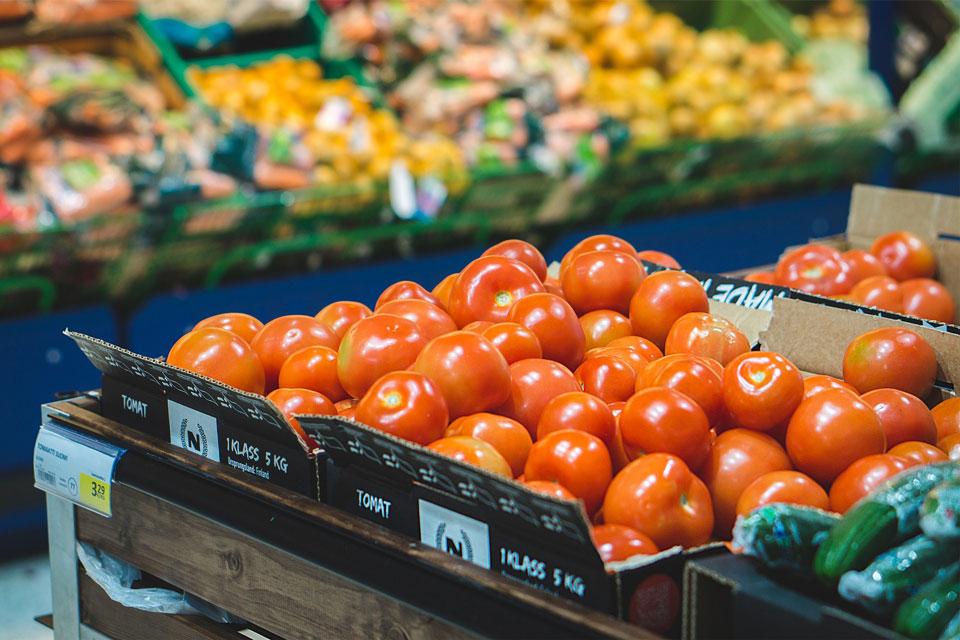 Tomaten im Supermarkt in der Gemüseabteilung
