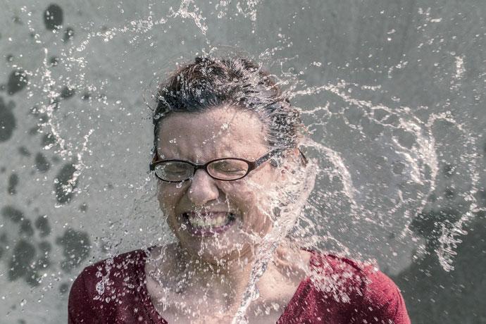 Wasser spritzt ans Gesicht und ist erfrischend im Sommer