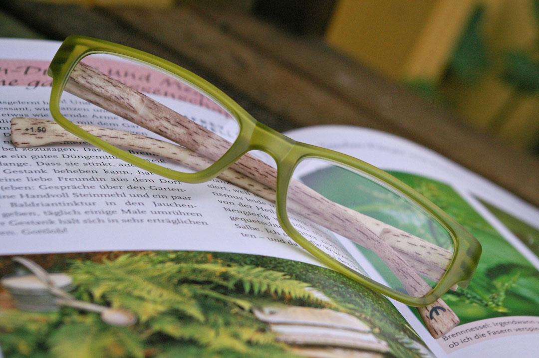 Eine Lesebrille auf einem Buch, mit der man die Sehkraft verbessern kann