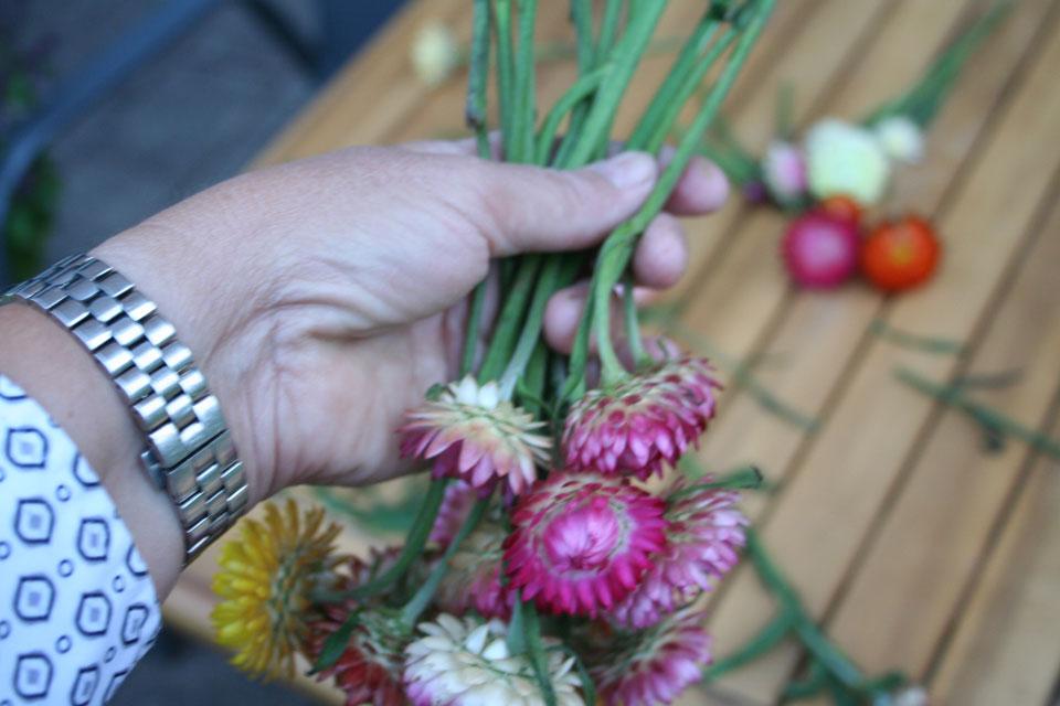 Gestapelte Trockenblumen vor dem Strauss binen