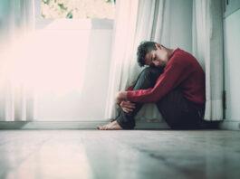 Ein Patient sitzt mit Angststörungen am Boden