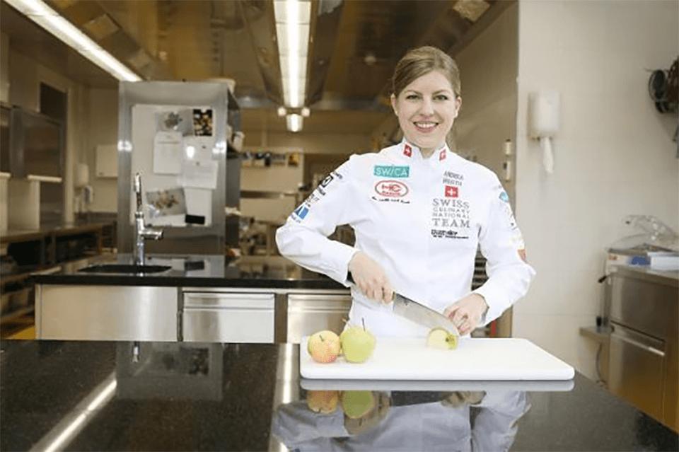 Andrea Werth steht in der Küche uns schneidet Gemüse für den Tafelspitz