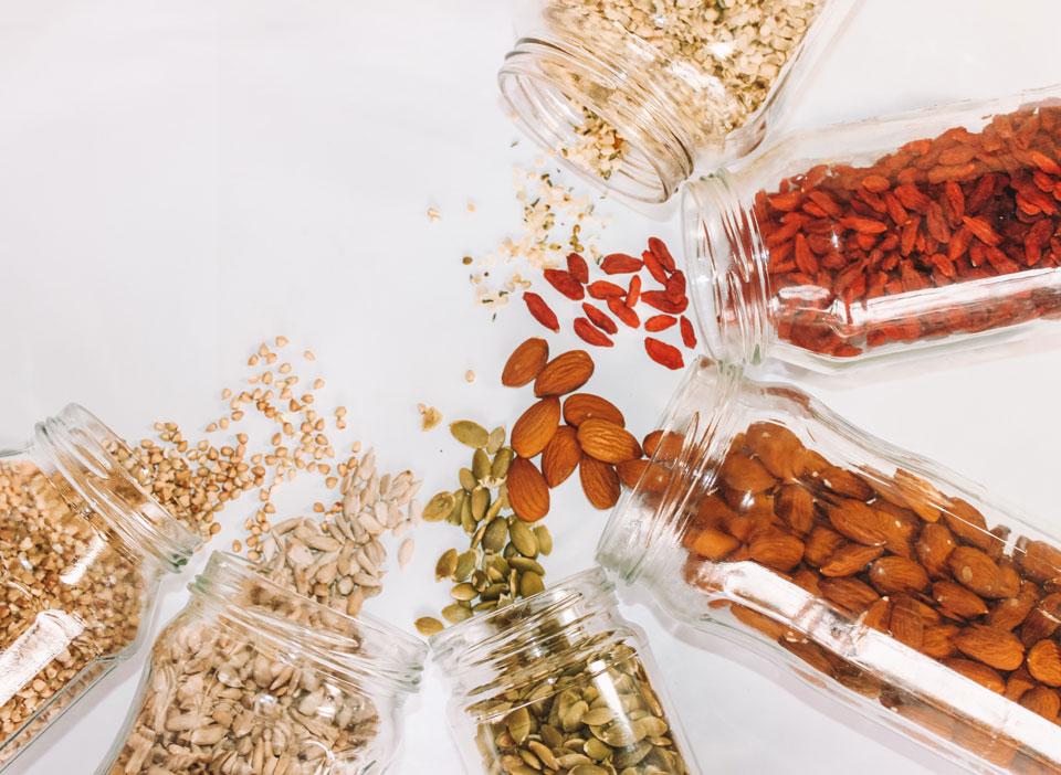 Sechs liegende Gläser mit Hülsenfrüchten für Basisch im Alltag