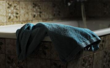 Hand auf dem Badewannerand bereit nach dem Basenbad
