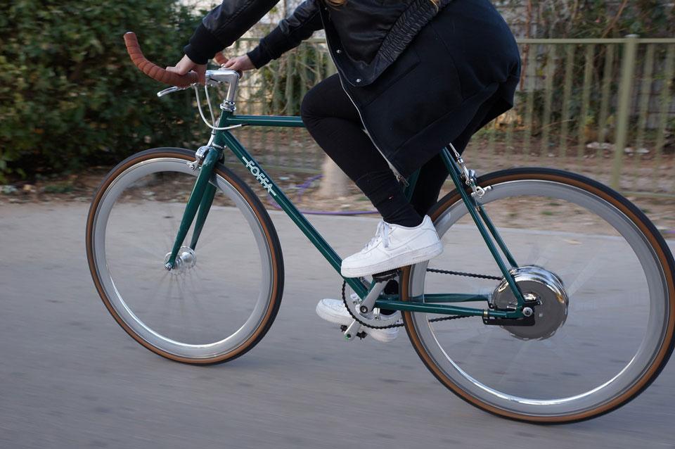 Eine Person mit Einschränkungen fährt mit dem E-Bike