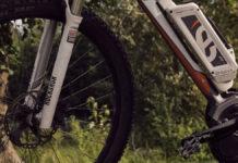 Ein E-Bike steht im Freien