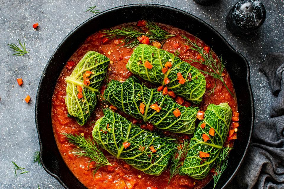 Gemüse-Curry in der Pfanne serviert.