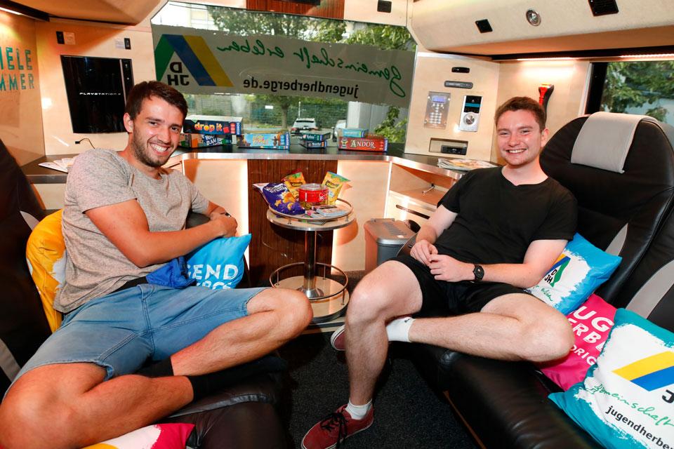 Gewinner Samuel und David entspannen im Gemeinschaftsbereich