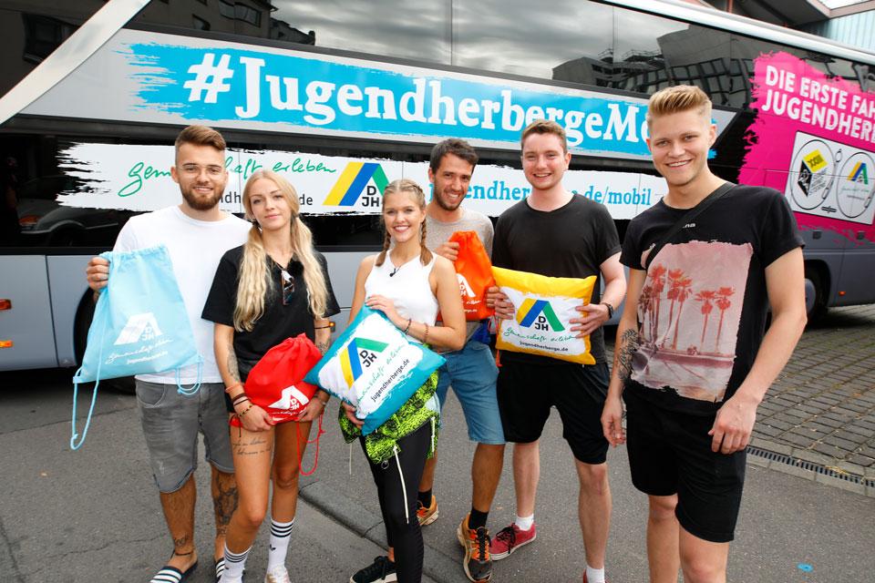 Abfahrt der mobilen Jugendherberge in Köln mit den ersten sechs Gewinnern