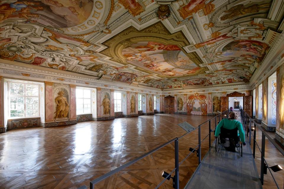 Fahrt mit dem Rollstuhl durch das Museum im Augustiner Chorherrenstift (Altes Schloss)