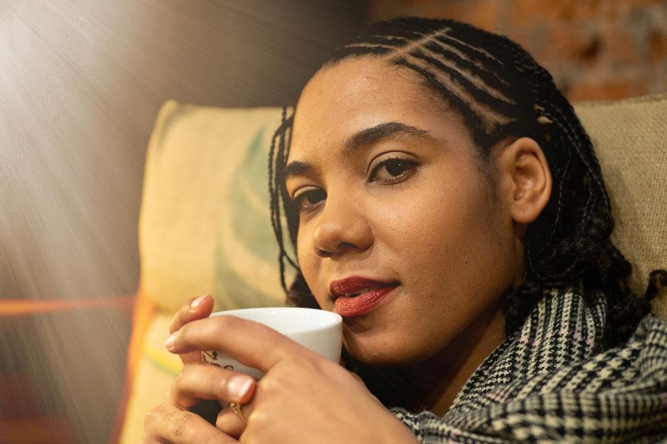 Eine junge Frau denkt nach wie sie den Heißhunger stoppen kann