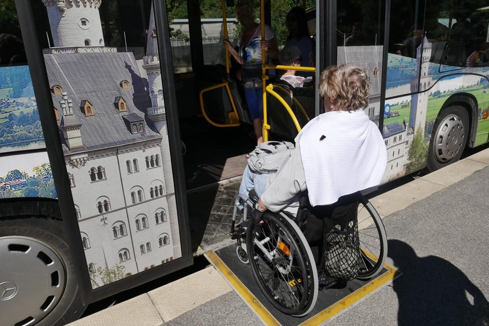 Eine Rollstuhlfahrerin fährt in den Bus
