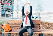 Ein älterer Arbeitnehmer freut sich auf seinen Eonsatz als Senior Talents