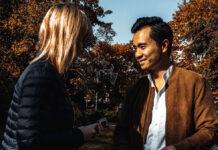 Ein Paar führt eine Deeptalk im Freien