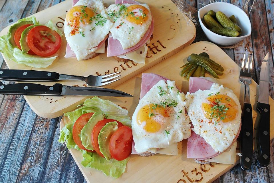 Käse, Speck und Spiegelei als eiweißhaltige Mahlzeit