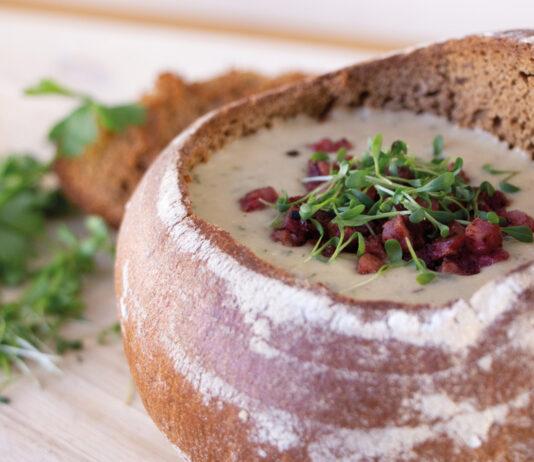 Kartoffel-Shiitake-Suppe im Brotlaib