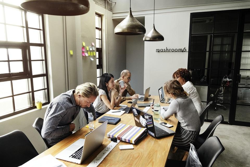 Meeting-Teilnehmer langweilen sich