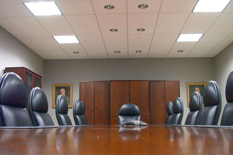 Ein herkömmlicher leerer Meeting-Raum