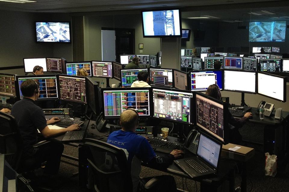 In einem Kontrollraum überwachen die Mitarbeiter die Sicherheitsmassnahmen