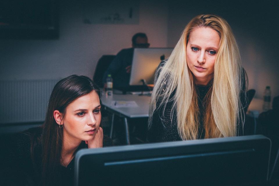 Junge Leute schauen sich Online-Kongress an
