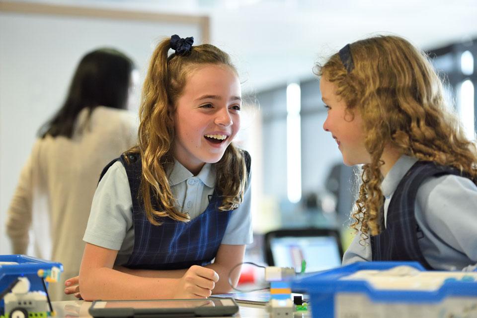 Zwei Schulkinder motivieren sich aus Erfahrungen