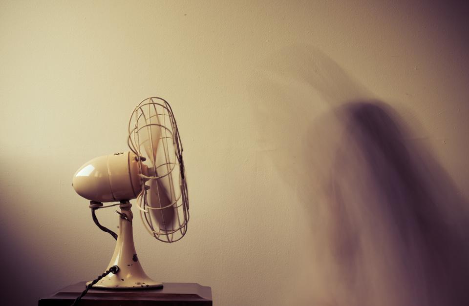Ein Ventilator bringt bei Hitzewallungen Abkühlung