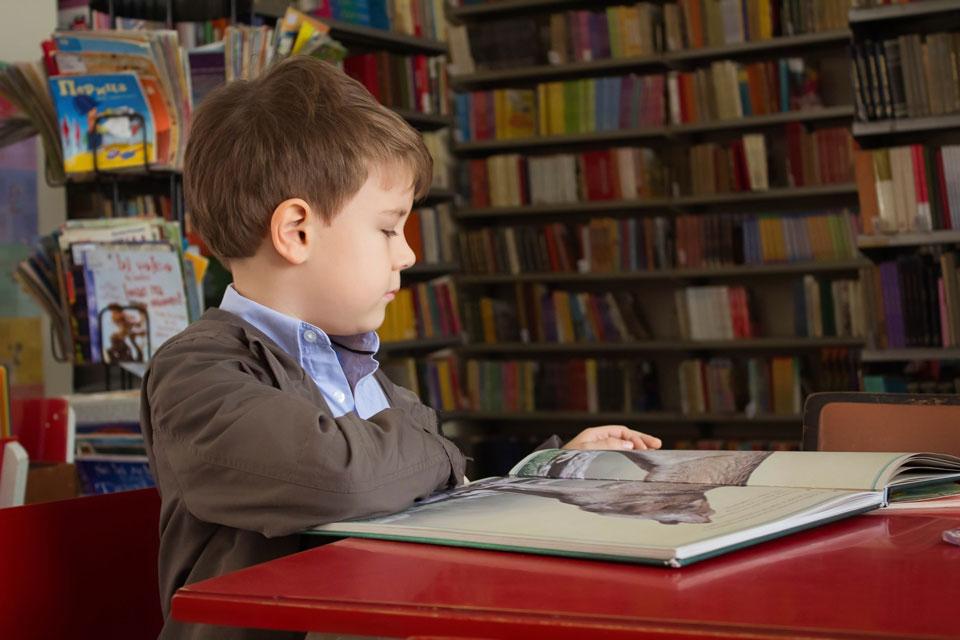 Ein Schüler lernt nach seiner abgestimmten Lernphase