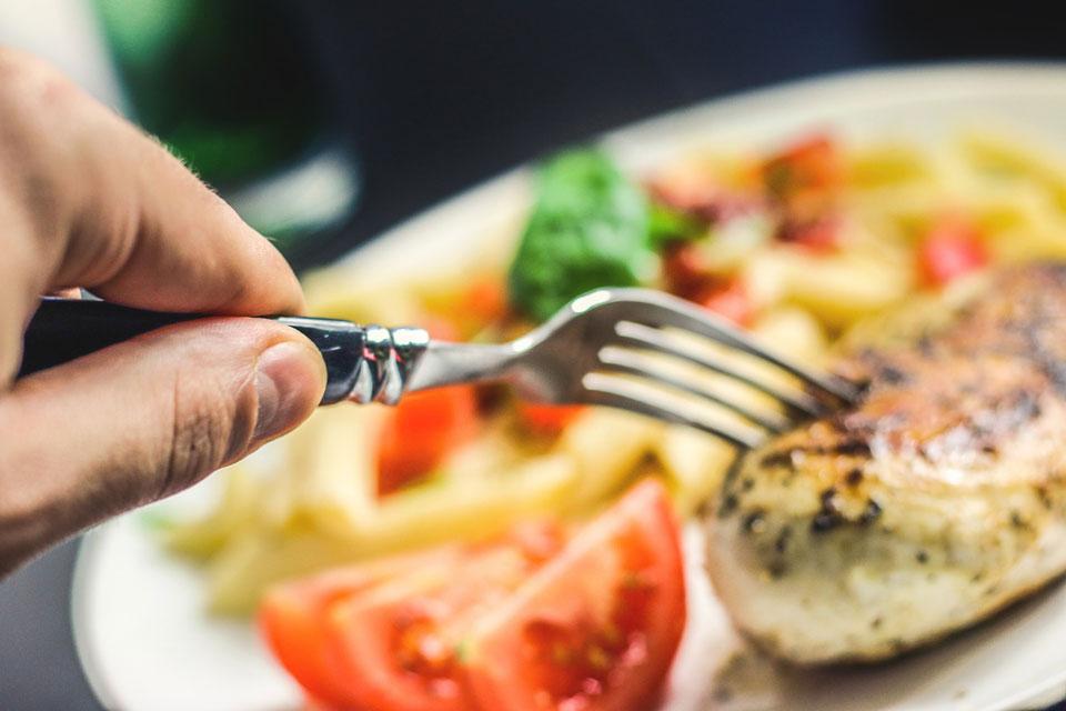 Ein Putensteak mit Gemüse als Alternative zur Bratwurst.
